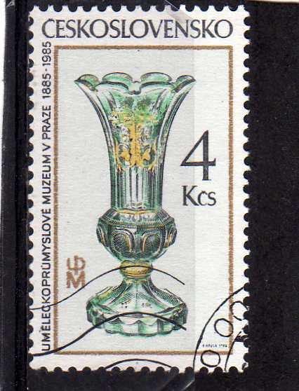 Timbre: Vase vert avec décor or